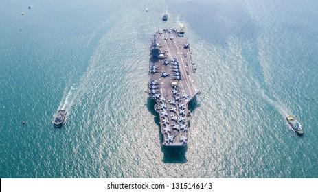 Amerikaanse marine vliegdekschip, USA marine schip carrier volledige lading vliegtuig straaljager vliegtuigen, luchtfoto leger marine nucleaire schip carrier volledige straaljager vliegtuigen concept technologie van slagschip.