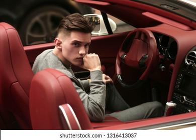 Sexy, reich, Kerl. Modell. Mann. Männlich. Bentley, Supersportwagen, Auto, Superauto. Attraktiv. Komfort. Lux, Luxus, Fahrzeugführer. Auto, Auto. Erfolg, erfolgreich. Glücklicher Traum. Jung.