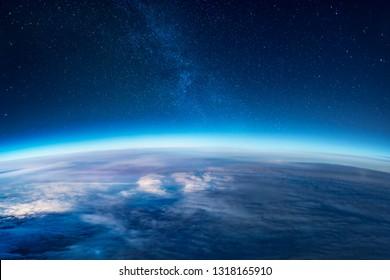 Blick auf Sterne und Milchstraße über der Erde aus dem Weltraum