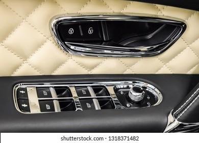 Nahaufnahme der Steuerungen an der Autotür. Detail der Fahrzeuginnenausstattung.