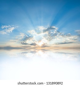 あなたのテキストのための場所で水に雲と太陽の反射と青い空