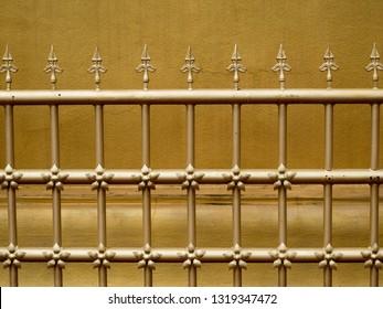 Goudkleurig hek van Thailand Noordelijke tempelpagode, gemaakt van ijzer om rond de Thaise stijlpagode te versieren, vooral in de tempel van Thailand