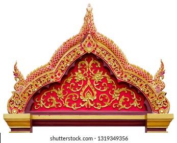 Bovenste deel van de toegangsdeur van de tempel van Thailand, versierd met goudkleurig stucwerkpatroon, geïsoleerd op een witte achtergrond