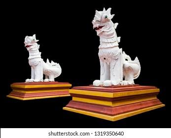 Denkbeeldige tweeling witte Singha sculptuur of Thaise vrij verhaal dier standbeeld in de mythologie, In de Noord-Thailand tempel gemaakt van cement, geïsoleerd op zwarte achtergrond