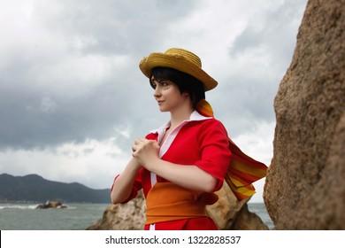 Cosplay des Jungen mit Strohhut, der nahe Felsen und Meer kämpfen will