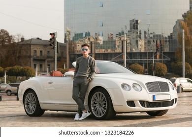 Sexy, sexuell, reich, Kerl. Modell. Mann. Männlich. Bentley, Supersportwagen, Auto, Superauto. Attraktiv. Komfort. Lux, Luxus, Fahrzeugführer. Auto, Auto. Erfolg, erfolgreich. Glücklicher Traum. Jung.