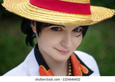 Cosplay de niño niña con sonrisa de sombrero de paja