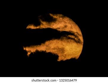 Mysterious Super Moon - De Super Snow Moon zoals opgenomen op 19 februari 2019 in Fountain Hills, Arizona.