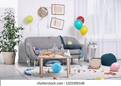 Unordentliches Wohnzimmer Interieur. Nach dem Party-Chaos
