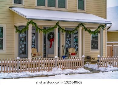 冬のクリスマスの装飾が施された家のファサード