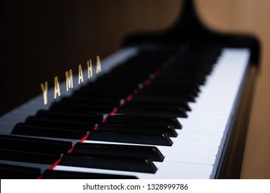 Eine Seitenansicht der Yamaha-Klaviertasten