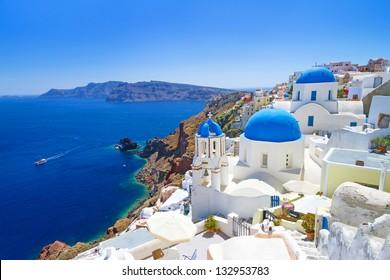Weiße Architektur des Dorfes Oia auf der Insel Santorin, Griechenland