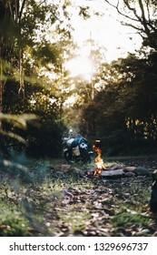 Camping de motocicletas en Mirimbah cerca del monte Buller en Victoria, Australia. Triumph Bonneville y fogata en el bosque disfrutando de la hermosa luz de la tarde.