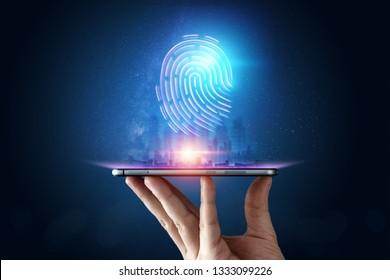 Hologramm-Fingerabdruck, Fingerabdruck-Scan auf einem Smartphone, blauer Hintergrund, ultraviolett. Konzept von Fingerabdruck, Biometrie, Informationstechnologie und Cybersicherheit. Gemischte Medien.