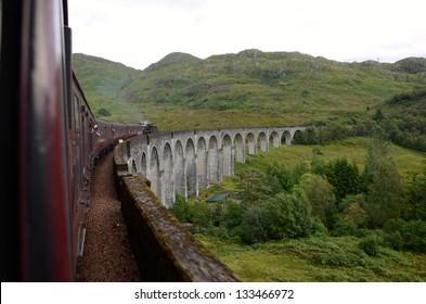 Der jakobitische Dampfzug 'Black 5' überquert den Glenfinnan-Viadukt zwischen Fort William und Mallaig, der als eine der größten Eisenbahnfahrten der Welt und die in den Harry-Potter-Filmen verwendete Route gilt.