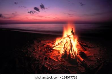 スペリオル湖のビーチキャンプファイヤー