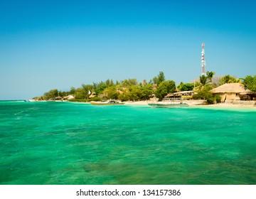 静かで澄んだターコイズブルーの熱帯の海、ギリ島、インドネシアの小さな島の海岸