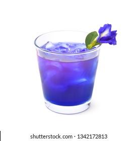 Glas des natürlichen Schmetterlingserbsen-Eistees mit Blume lokalisiert auf weißem Hintergrund, thailändische Kräutersommergetränke.