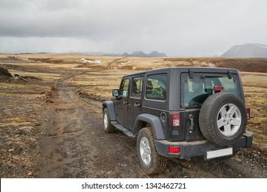 Conducción de automóviles todoterreno en Islandia, paisaje salvaje
