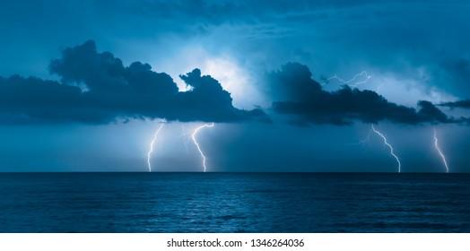 Schöne Seelandschaft und Sturm beginnend mit Blitz
