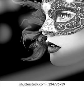 Ciérrese encima del retrato de la mujer en máscara