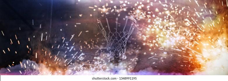 Basketballkorb, der gegen einen dunklen Hintergrund hängt