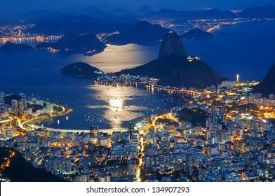Vista nocturna de la montaña Pan de Azúcar y Botafogo en Río de Janeiro.