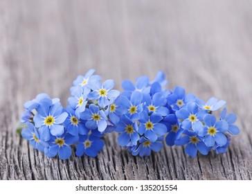 木製の背景にワスレナグサの花