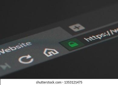 https南京錠に浅い焦点を当てたLCD画面上のWebブラウザのクローズアップ。インターネットセキュリティ、SSL証明書、サイバーセキュリティ、検索エンジン、Webブラウザの概念