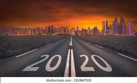 Fahren Sie auf offener Straße gegen das Stadtbild und setzen Sie die Sonne auf das kommende neue Jahr 2020. Konzept für Erfolg und Zukunft.