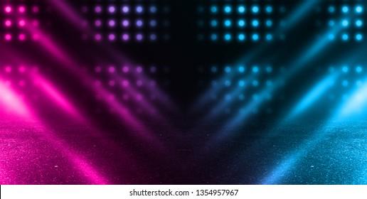 Dunkle leere Bühne, mehrfarbige Strahlen von Neonlicht, nasser Asphalt, Rauch, Nachtaufnahmen, Bokeh-Farbe.