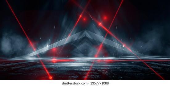 Dunkle Straße, Reflexion von Neonlicht auf nassem Asphalt. Lichtstrahlen und rotes Laserlicht im Dunkeln. Nachtansicht der Straße, der Stadt. Abstrakter dunkelblauer Hintergrund.