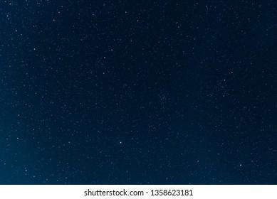 Nachtblauer Himmel mit Sternen. Die Textur eines blauen Himmels mit Sternen.