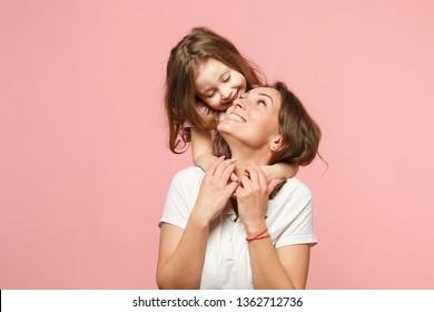 Vrouw in lichte kleren veel plezier met schattig kind babymeisje. Moeder, kleine jongen dochter geïsoleerd op pastel roze muur achtergrond, studio portret. Moederdag liefde familie, ouderschap jeugd concept