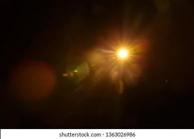 Abstrakte natürliche Sonneneruption auf dem Schwarz