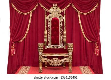 Roter königlicher Stuhl auf einem Hintergrund der roten Vorhänge. Platz für den König. Thron