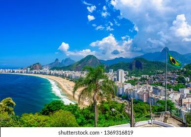 Copacabana Strand in Rio de Janeiro, Brasilien. Copacabana Strand ist der berühmteste Strand von Rio de Janeiro, Brasilien. Skyline von Rio de Janeiro mit Flagge von Brasilien