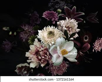 Tarjeta floral vintage. Jardín de flores y mariposas. Peonías, rosas, tulipanes, lirios, hortensias en negro. Plantilla para tarjetas de visita, portadas, envases, carteles publicitarios, decoración de interiores y otros.