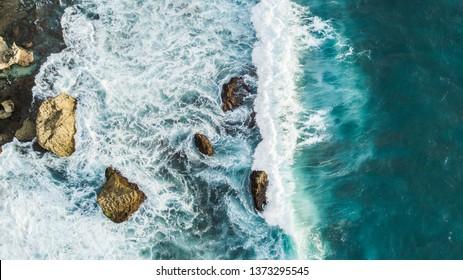 岩に砕ける波の空撮。上からの眺め、ドローン写真、美しい自然の背景