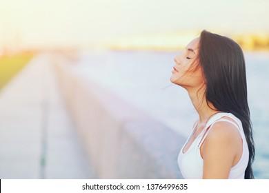 Seitenansicht-Profilporträt einer glücklichen brünetten Frau, die im Sommer frische Luft draußen atmet Mädchen geschlossene Augen, die tiefe Atemübungen machen. Positiver Emotionserfolg, Seelenfrieden, Zen-Konzept.