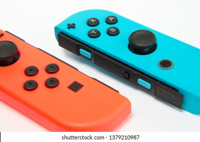 Makrofotografie eines drahtlosen Schaltkonsolen-Controllers in verschiedenen Farbdetails in High Key