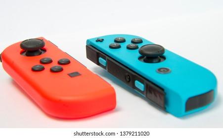 Makrofotografie eines drahtlosen Konsolencontrollers in verschiedenen Farbdetails in High Key