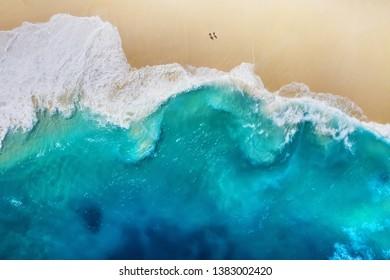 Küste als Hintergrund von oben. Türkisfarbener Wasserhintergrund von der Draufsicht. Sommerseelandschaft aus der Luft. Insel Nusa Penida, Indonesien. Reise - Bild