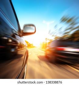 Ein Auto, das mit hoher Geschwindigkeit auf einer Autobahn fährt und andere Autos überholt