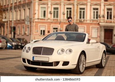 Sexy, reich, Kerl. Modell. Mann. Männlich. Bentley, Erfolg, erfolgreich. Supersportwagen, Auto, Supersportwagen. Attraktiv. Komfort. Lux, Luxus, Fahrzeug, Fahrer. Auto, Auto. Glücklicher Traum. Jung.