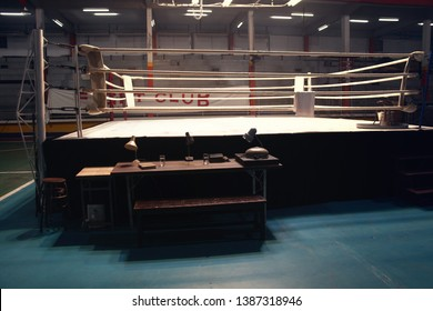 映画を撮影するための小さなジムの空のセットアップボクシングのリング