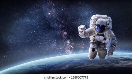 Astronaut im Weltraum über dem Planeten Erde. Unser Zuhause. ISS. Elemente dieses Bildes von der NASA eingerichtet