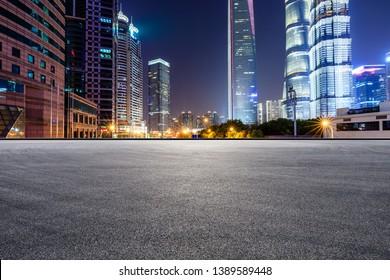 Asphalt-Rennstrecke und moderne Skyline und Gebäude in Shanghai bei Nacht