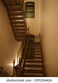 Escalera de malla metálica de arquitectura clásica (Museo Mitsubishi Ichigokan, Tokio)
