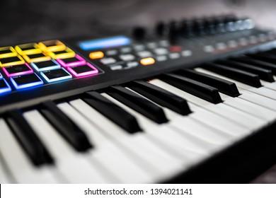 Tastatur / elektronisches Klavier für die Aufnahme von Musik in einem Studio: Drumpads / Musikpads